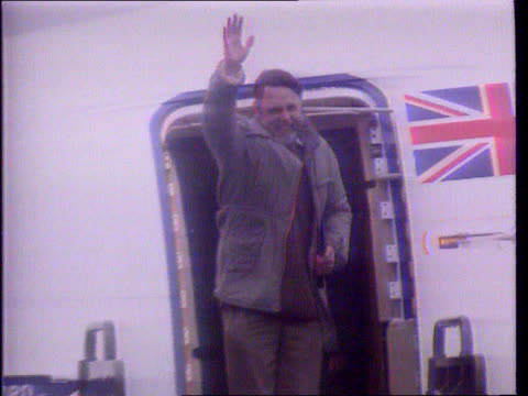 stockvideo's en b-roll-footage met last ever news at ten lib terry waite waves from doorway of plane on his arrival home after being held hostage for 5 years in lebanon - terry waite