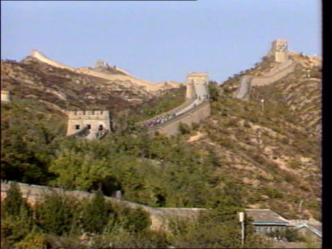 last ever news at ten lib october 1986 ext itn satellite dishes being flown in and set up on great wall of china in preparation for the queen's visit... - serbia stock videos & royalty-free footage