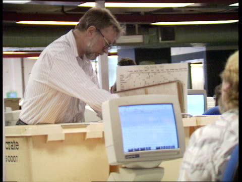 last newspaper leaves fleet street; int daily mail: england 27.28 journalists working at computer terminals in newsroom, london packing crates on... - デイリーメール点の映像素材/bロール