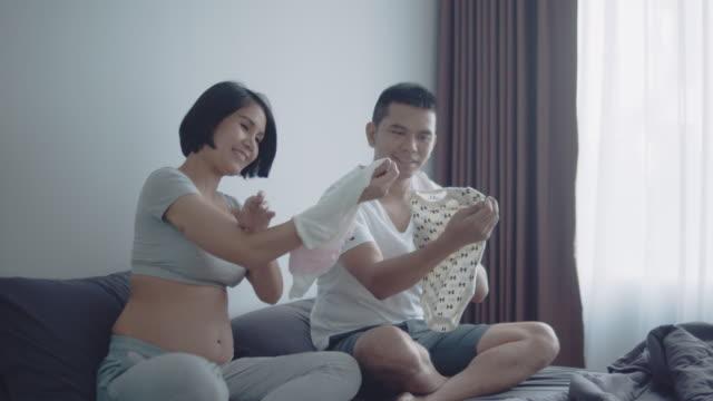vidéos et rushes de dernière préparation pour l'ou à venir du bébé - salle attente