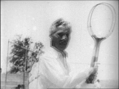 vídeos de stock, filmes e b-roll de b/w late 1920s charles chaplin playing tennis at hearst's san simeon estate / documentary - charlie chaplin