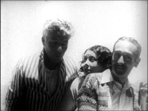 vídeos de stock, filmes e b-roll de b/w late 1920s charles chaplin woman and adolphe menjou mugging for cam at san simeon / documentary - charlie chaplin