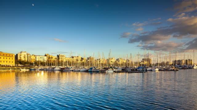 vídeos de stock e filmes b-roll de late afternoon at port vell, barcelona - time lapse - porto de barcelona