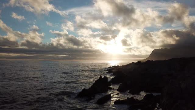 vidéos et rushes de fin après-midi soleil se coucher sur l'océan - piton rocheux