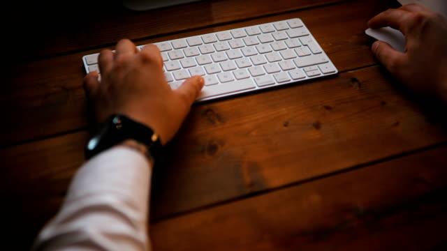spät in der nacht geschäftsmann arbeitet auf einem computer und projekte in seinem kabinett - anwalt stock-videos und b-roll-filmmaterial