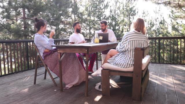 vidéos et rushes de fin de matinée en pyjama - remote location