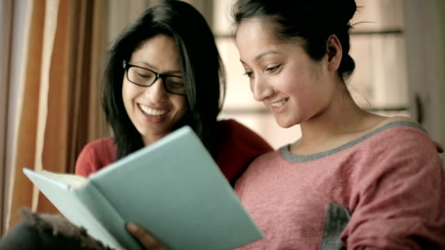 Später Teen glückliche Mädchen Schüler lernen zusammen buchen.