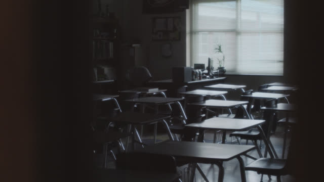 vidéos et rushes de lateral tracking shot an empty school classroom filled with vacant school desks. - salle de classe