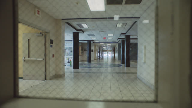 stockvideo's en b-roll-footage met lateral tracking shot of an empty school corridor and hallway - north carolina amerikaanse staat