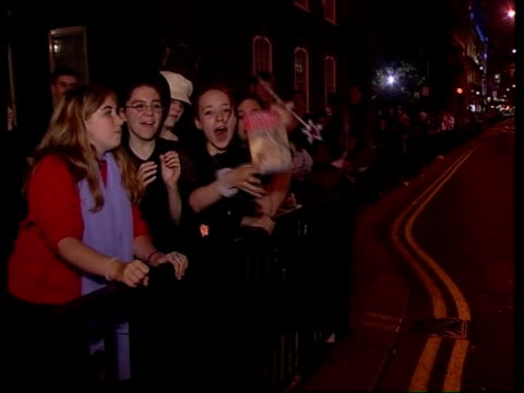 vidéos et rushes de latest harry potter book released; 22.35: catherine jacob england: london: waterstones: night seq man in wizard outfit counting down to midnight in... - harry potter titre d'œuvre