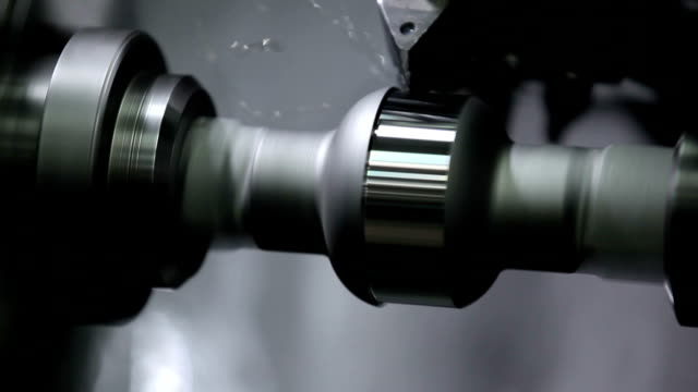 cnc-drehmaschine produziert metall - automobilindustrie stock-videos und b-roll-filmmaterial