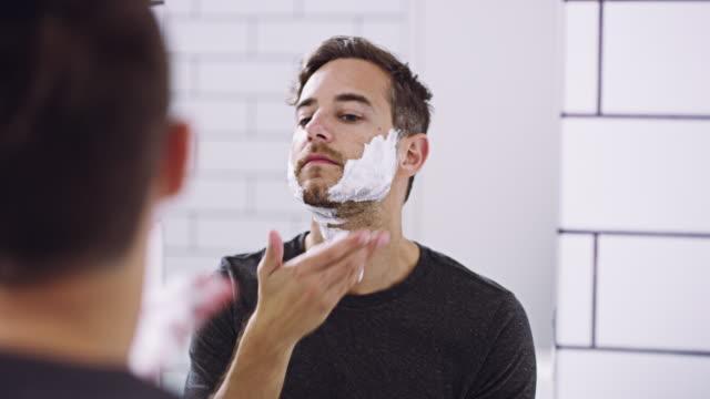 auf seifen sie und rasieren sie aus - vollbart stock-videos und b-roll-filmmaterial