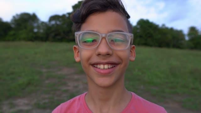 vídeos de stock e filmes b-roll de latin american boy portrait - latin american and hispanic ethnicity
