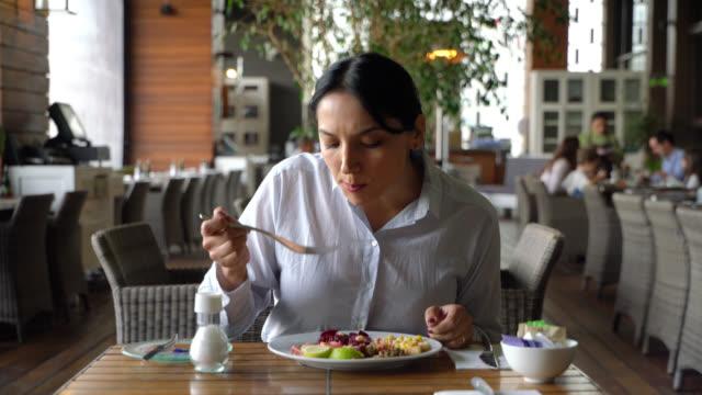 lateinamerikanische geschäftsfrau beim frühstück in einem luxushotel - gast stock-videos und b-roll-filmmaterial