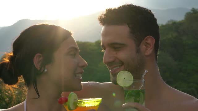 楽しいカクテルとプールの乾杯でラテン アメリカのカップル - 水着点の映像素材/bロール