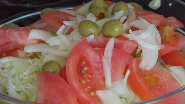 vidéos et rushes de latin american cuisine: cabbage and tomatoes salad preparation - salade verte