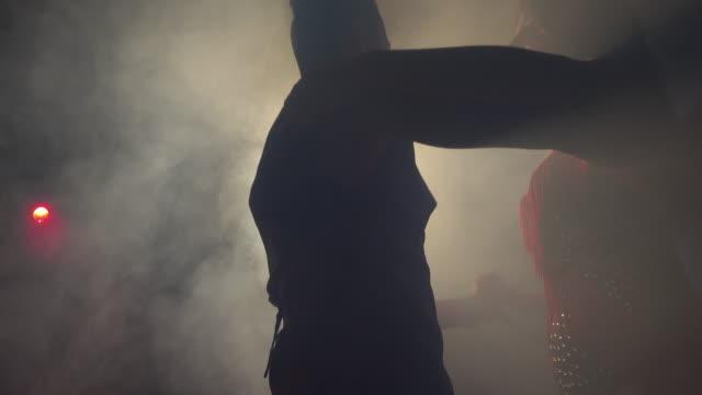 vídeos de stock e filmes b-roll de latin american dancing - dança jive