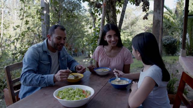 latinamerikansk familj på en landsbygd hem njuter av traditionell colombiansk mat sancocho - latin american and hispanic ethnicity bildbanksvideor och videomaterial från bakom kulisserna