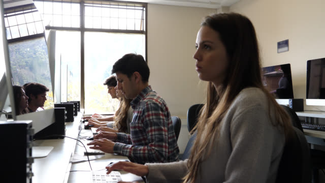 vídeos y material grabado en eventos de stock de grupo latinoamericano de estudiantes en el laboratorio de computadoras trabajando muy enfocados - laboratorio de ordenadores