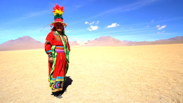 vídeos de stock, filmes e b-roll de latin american indigenous women in salvador dali desert - adereço de cabeça