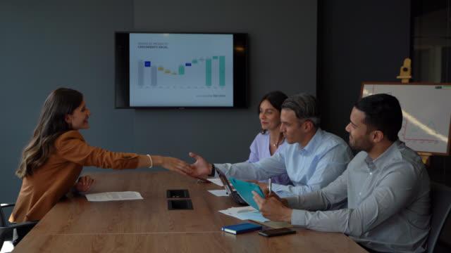 vídeos y material grabado en eventos de stock de panel de entrevistas latinoamericano saludando a una candidata antes de iniciar el proceso - empleo y trabajo