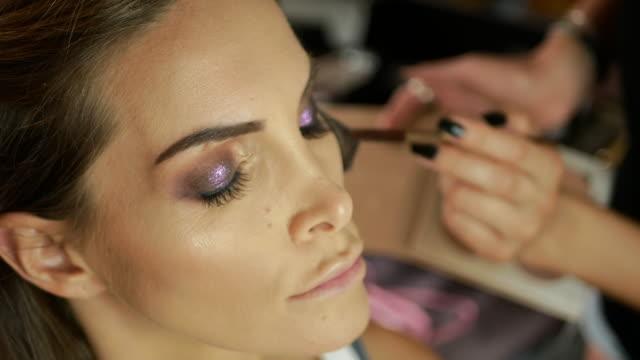 vídeos de stock e filmes b-roll de latin american make up artist putting make up on beautiful woman - latin american and hispanic ethnicity
