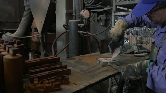 stockvideo's en b-roll-footage met latijns-amerikaanse mannen die in een metallurgische fabriek elk op hun posten werken - messing about