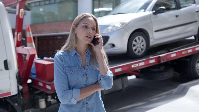 vídeos de stock, filmes e b-roll de mulher latino-americana chamando seu seguro de carro para serviço de assistência na estrada - margem de estrada