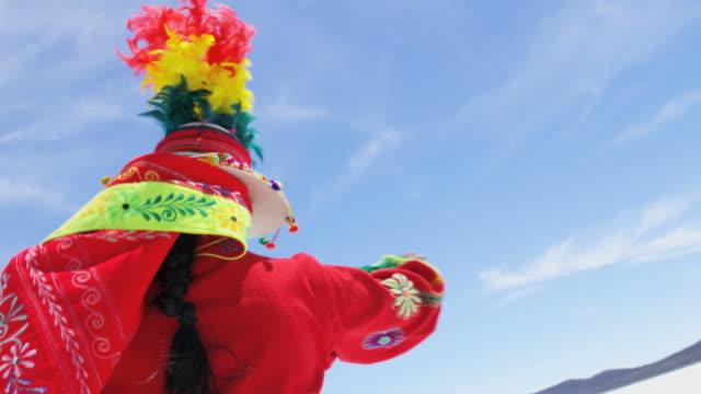 vidéos et rushes de latin american woman dancing salar de uyuni bolivia - peuples autochtones d'amérique