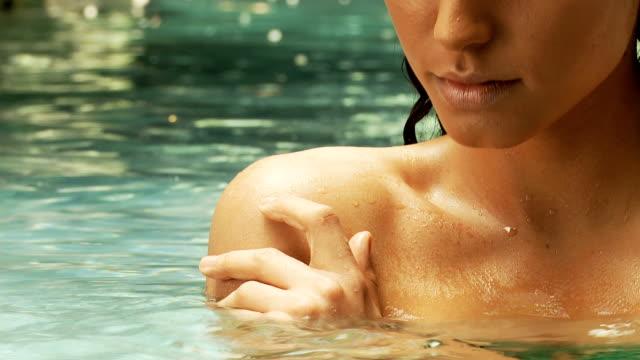 latino-americana donna in una piscina - giuntura umana video stock e b–roll