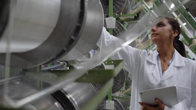 製造プロセスを監督するゴムテープ工場で働くラテンアメリカの女性 - 絆創膏点の映像素材/bロール
