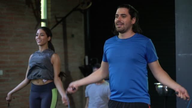 vídeos de stock e filmes b-roll de latin american young people jumping rope at the gym looking focused - latin american and hispanic ethnicity