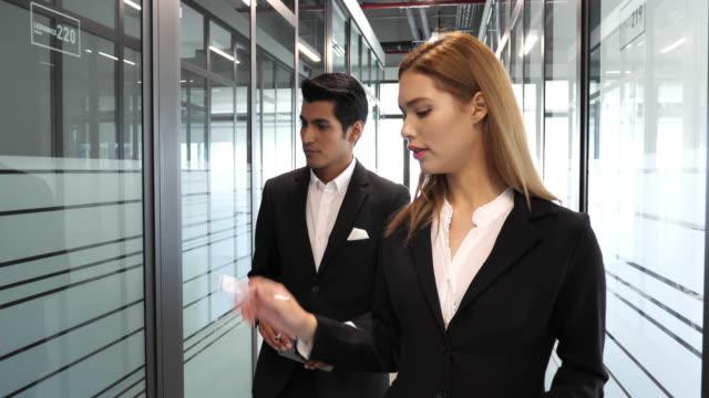 vídeos y material grabado en eventos de stock de empresaria latina - liderazgo en negocios corporativos modernos - vestimenta de negocios formal