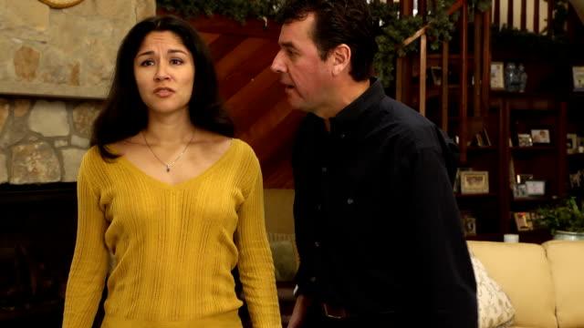 latin-paar streiten in home-mws - heterosexuelles paar stock-videos und b-roll-filmmaterial