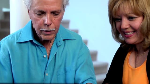 stockvideo's en b-roll-footage met latin couple make online purchase - cu - internet surfen