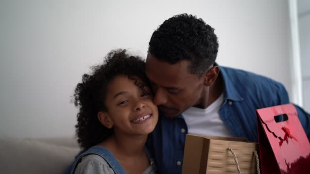 latin dotter ge presenter till sin pappa-fars dag - 8 9 år bildbanksvideor och videomaterial från bakom kulisserna
