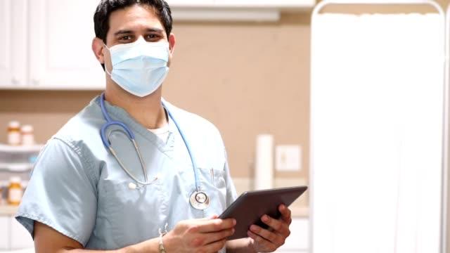 vidéos et rushes de covide-19: médecin d'origine latine ou infirmière utilise tablette numérique. - infirmier