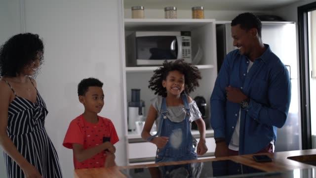 vídeos de stock, filmes e b-roll de dança latin da família junto na cozinha - dois genitores
