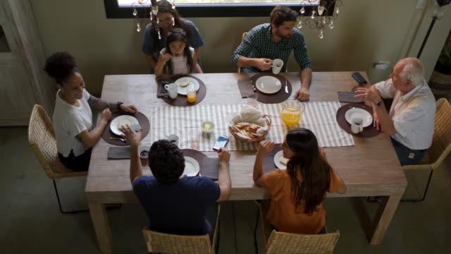 一緒に朝食を食べるラテン系の家族 - large group of people点の映像素材/bロール