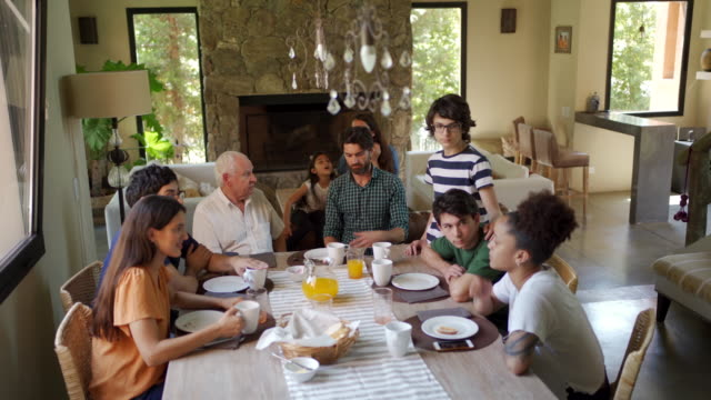vidéos et rushes de famille latine ayant le petit déjeuner ensemble - famille multi générations