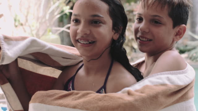 stockvideo's en b-roll-footage met latin family in holiday home - broer