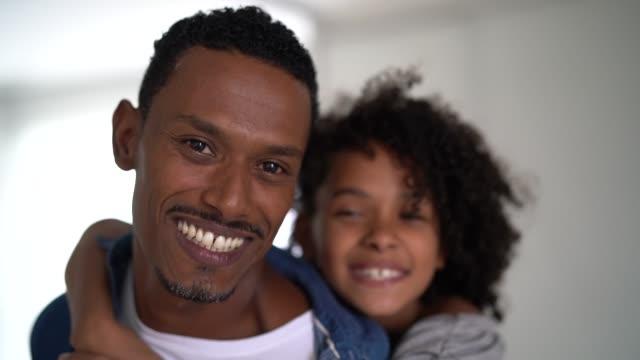 vídeos de stock, filmes e b-roll de pai latin que prende sua filha em casa-retrato - filha