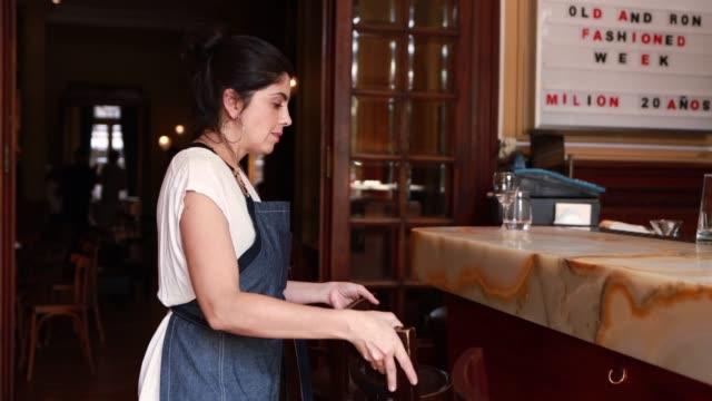 vídeos de stock, filmes e b-roll de preparação para restaurante de abertura feminino latino - pequeno