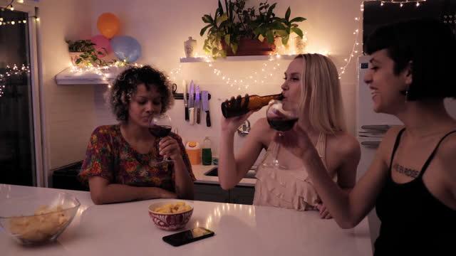 lateinische mitbewohner feiern weihnachten und genießen wein in der weihnachtsnacht während der coronavirus-pandemie - weihnachtsmütze stock-videos und b-roll-filmmaterial