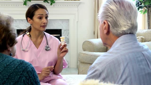 vídeos y material grabado en eventos de stock de latin profesional de atención médica que explique receta dosis - cuidador en el hogar