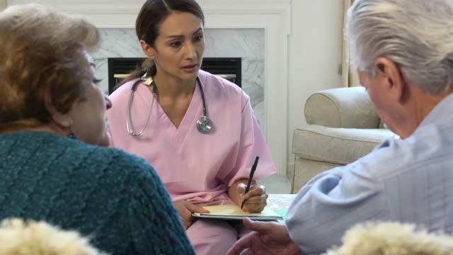 vídeos de stock, filmes e b-roll de latin profissional da saúde tem notas rev - visita