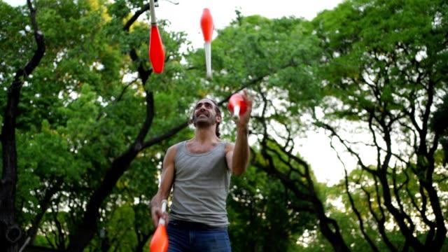 vidéos et rushes de cônes de jonglerie d'homme latin - polyvalence