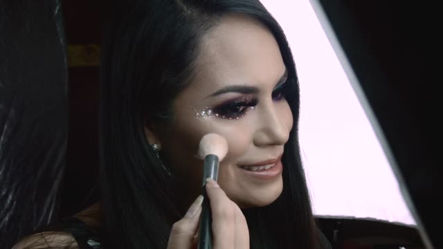 stockvideo's en b-roll-footage met latin woman making makeup - peruaanse etniciteit