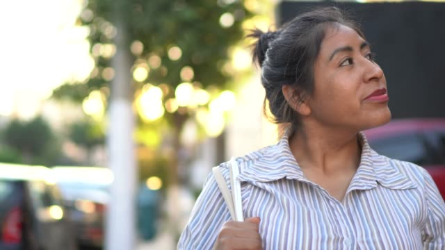 vídeos de stock, filmes e b-roll de compra latin da mulher na rua - carrying