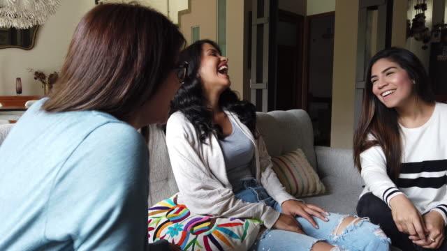 vidéos et rushes de femmes latines à la maison, se détendre et prendre une pause d'étudier - jeunes femmes